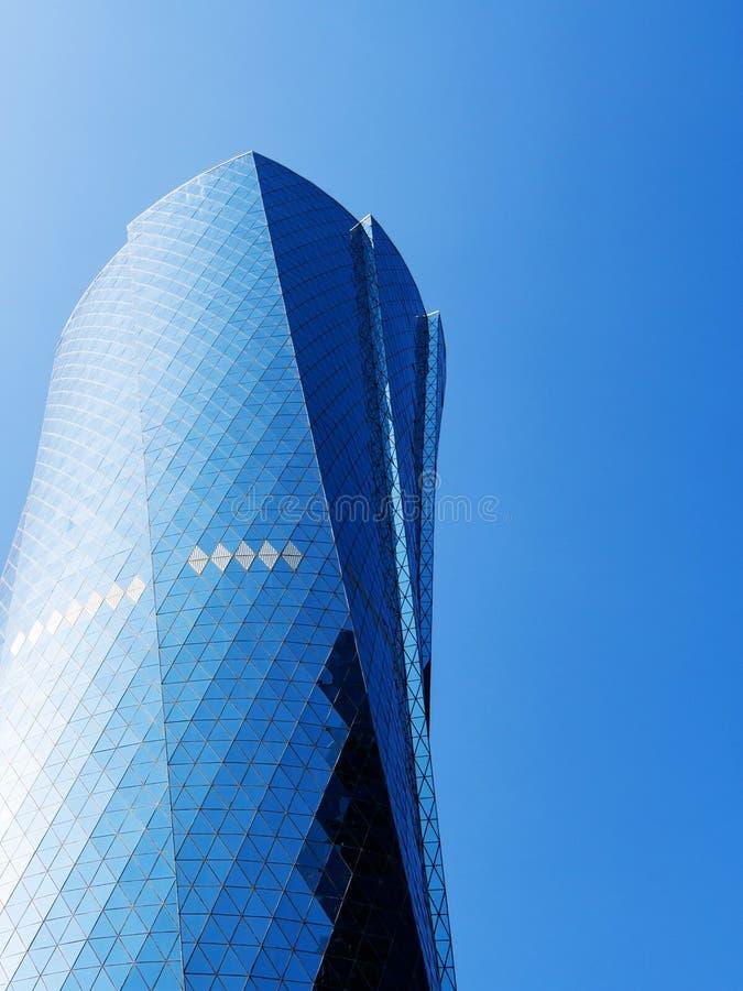 Ο πύργος Al Bidda ενάντια στο σαφή μπλε ουρανό, κλείνει επάνω, αντιγράφει το διάστημα Οικονομική έννοια επιτυχίας στοκ εικόνες με δικαίωμα ελεύθερης χρήσης
