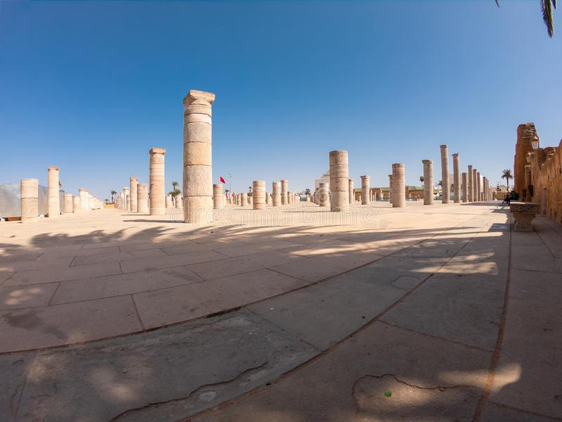 Ο πύργος Hassan στο Ραμπάτ του Μαρόκου είναι ένα ατελές τζαμί με 348 στήλες γύρω του στοκ εικόνες με δικαίωμα ελεύθερης χρήσης