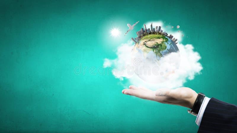 Ο πλανήτης μας στα χέρια μας στοκ εικόνες