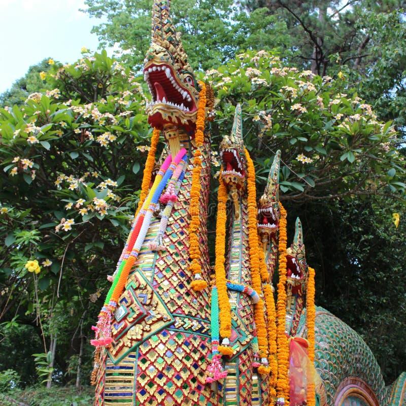 Ο δράκος που φρουρεί τα βήματα σε Wat Doi Suthep στοκ φωτογραφία με δικαίωμα ελεύθερης χρήσης