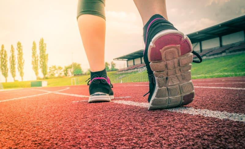 Ο δρομέας ή sprinter τρέχει στο στάδιο στο βράδυ στοκ εικόνες με δικαίωμα ελεύθερης χρήσης
