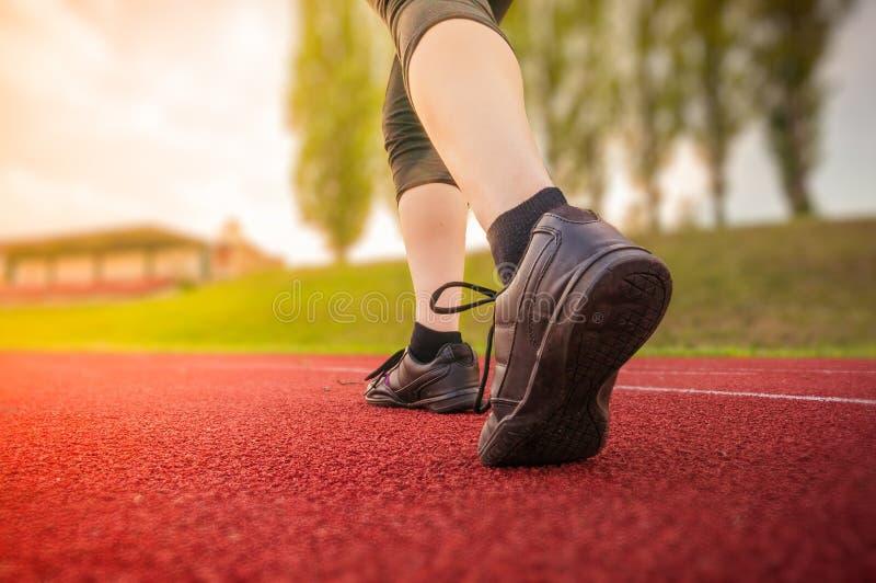 Ο δρομέας ή sprinter τρέχει στο στάδιο στο βράδυ στοκ εικόνα