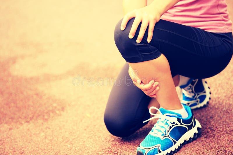 Ο δρομέας γυναικών κρατά το τραυματισμένο γόνατό της στοκ φωτογραφία με δικαίωμα ελεύθερης χρήσης