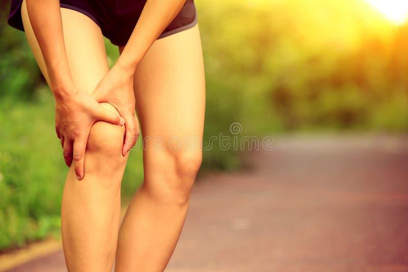 Ο δρομέας γυναικών κρατά το τραυματισμένο πόδι της στοκ φωτογραφίες με δικαίωμα ελεύθερης χρήσης