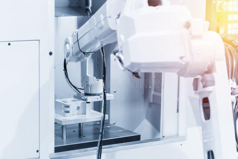 Ο ρομποτικός βραχίονας για την παράδοση του μέρους CNC στη μηχανή άλεσης στοκ φωτογραφία με δικαίωμα ελεύθερης χρήσης
