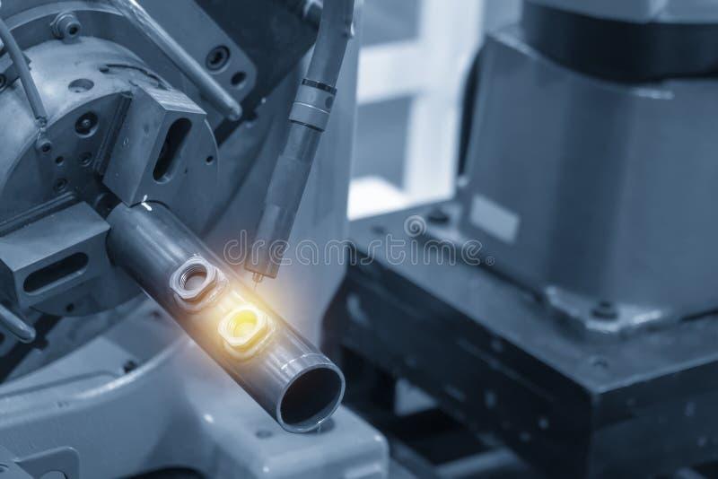 Ο ρομποτικός βραχίονας που ενώνει στενά τα αυτοκίνητα μέρη στοκ εικόνες