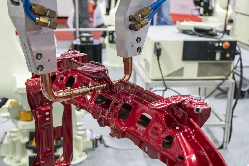 Ο ρομποτικός για τη συγκόλληση σημείων τα αυτοκίνητα μέρη πλαισίων στοκ φωτογραφίες με δικαίωμα ελεύθερης χρήσης