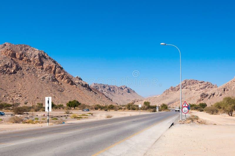 Ο δρόμος από Nizwa στο βουνό Jebel υποκρίνεται στο Ομάν στοκ εικόνα με δικαίωμα ελεύθερης χρήσης