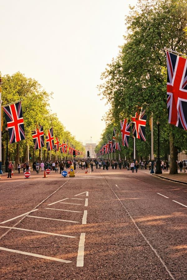 Ο δρόμος λεωφόρων με τις σημαίες που οδηγούν στο Buckingham Palace στοκ εικόνα