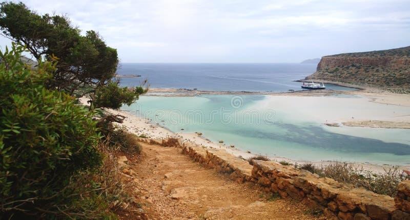 Ο δρόμος κάτω από το βουνό στην πλευρά ενός κρουαζιερόπλοιου στον κόλπο Balos στοκ φωτογραφία με δικαίωμα ελεύθερης χρήσης