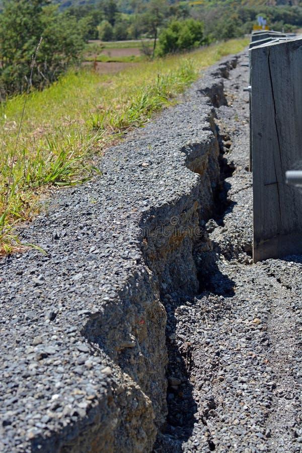 Ο δρόμος κατρακυλά 25 εκατοστόμετρα στο βόρειο Καντέρμπουρυ μετά από Kaikoura Ea στοκ εικόνες