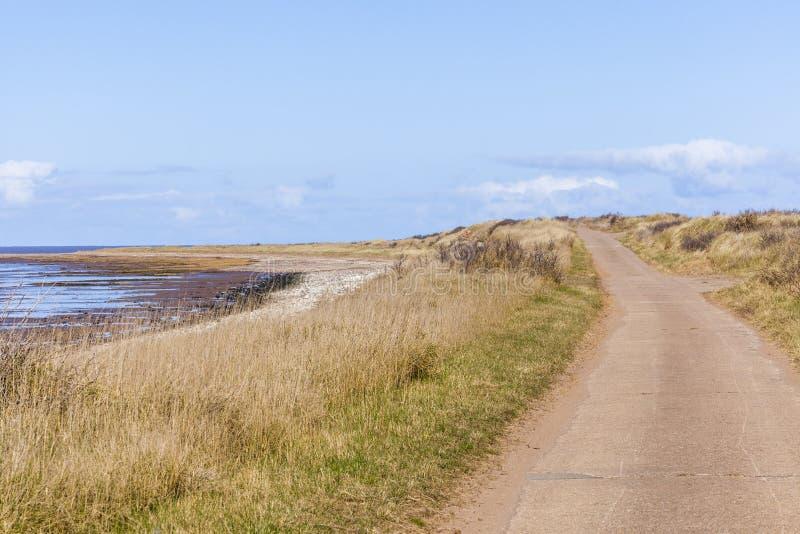 Ο δρόμος πέρα από το παλιρροιακό πέρασμα απορρίπτει το σημείο UK στοκ φωτογραφία με δικαίωμα ελεύθερης χρήσης