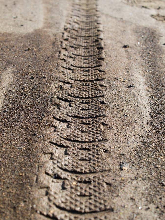 ο ρύπος προχωρεί το ελαστικό αυτοκινήτου στοκ φωτογραφία