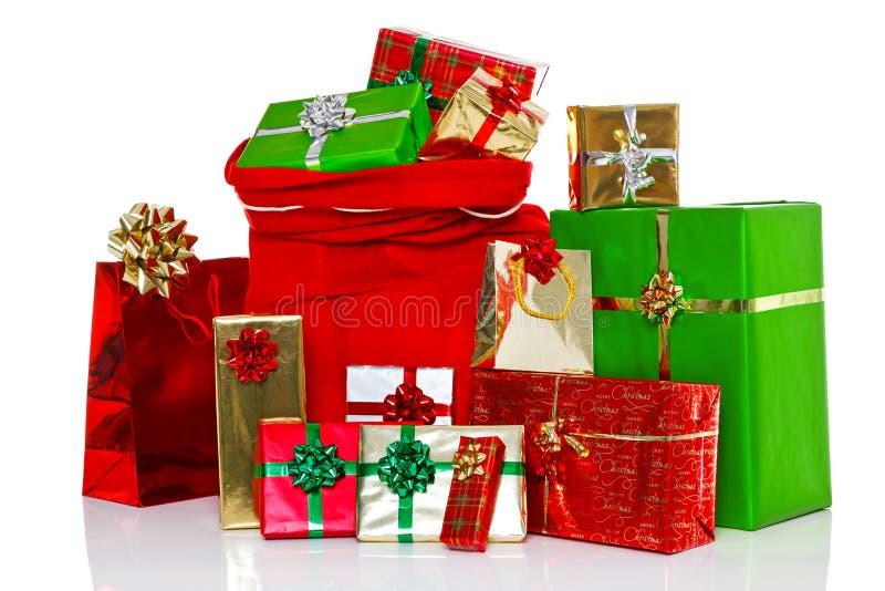 Ο σάκος Χριστουγέννων και παρουσιάζει απομονωμένος στοκ φωτογραφία με δικαίωμα ελεύθερης χρήσης