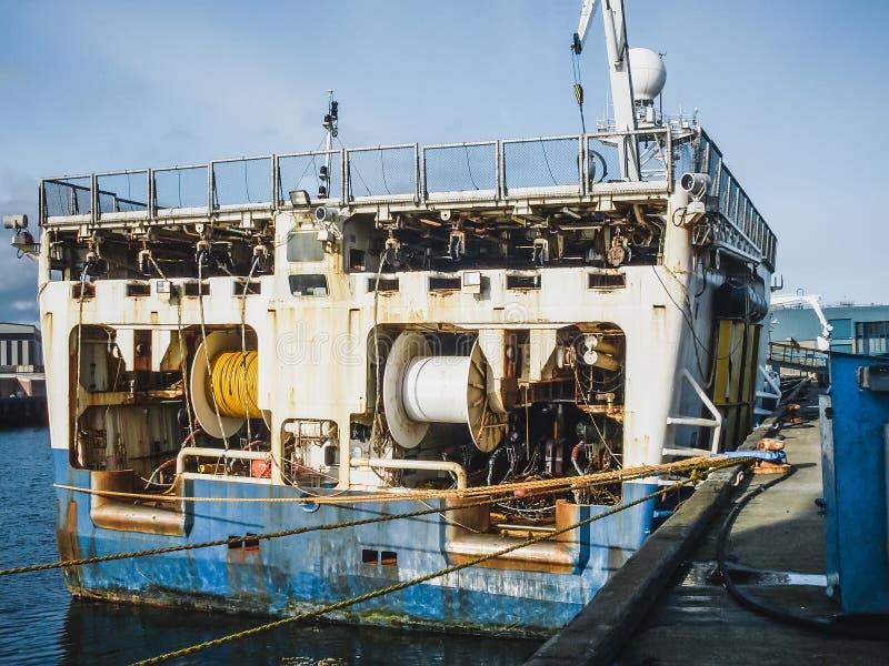 Ο σεισμικός εξοπλισμός στο ναυτικό εξερευνητή σκαφών στο λιμένα, κλείνει επάνω Βιομηχανία αναζήτησης πετρελαίου στοκ φωτογραφίες