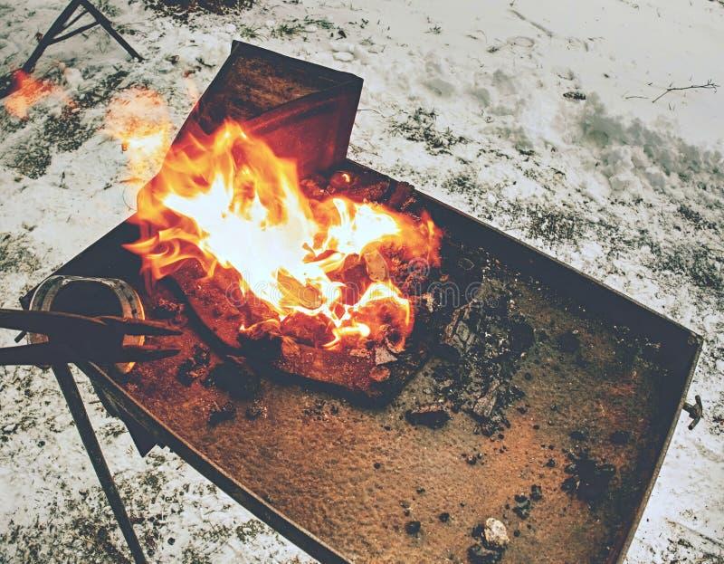 Ο σιδηρουργός φορητός σφυρηλατεί τα παπούτσια αλόγων θέρμανσης στοκ εικόνα με δικαίωμα ελεύθερης χρήσης