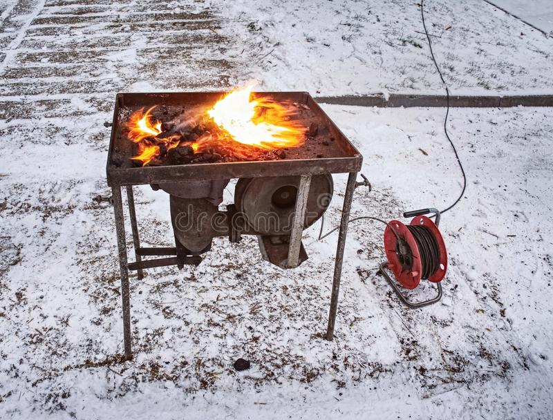 Ο σιδηρουργός φορητός σφυρηλατεί τα παπούτσια αλόγων θέρμανσης για τα αγροτικά άλογα στοκ φωτογραφία με δικαίωμα ελεύθερης χρήσης