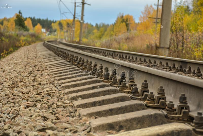 ο σιδηρόδρομος πηγαίνει στην απόσταση στοκ εικόνα