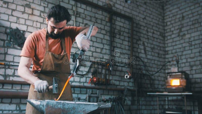 Ο σιδηρουργός βγάζει τη λεπτομέρεια μετάλλων πυρκαγιάς στοκ φωτογραφία με δικαίωμα ελεύθερης χρήσης