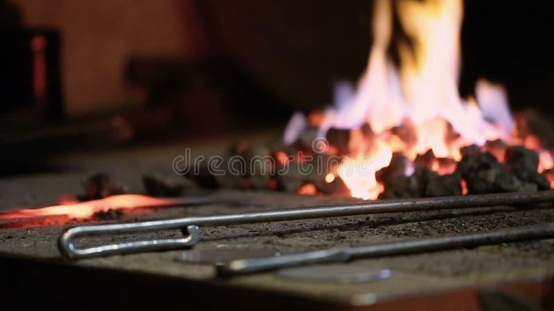 Ο σιδηρουργός θερμαίνει το μέταλλο στο φούρνο απόθεμα βίντεο