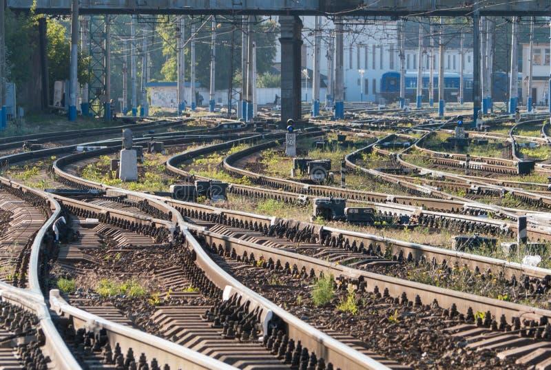 Ο σιδηρόδρομος ακολουθεί τα ξημερώματα στοκ φωτογραφίες