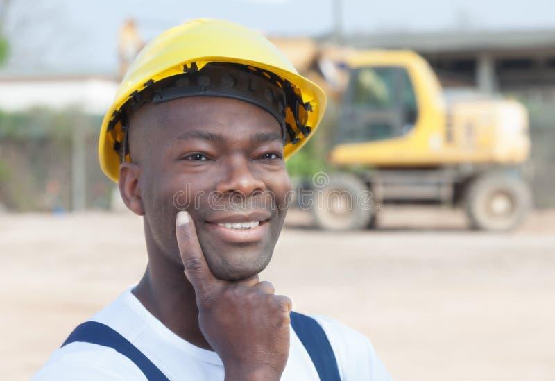 Ο σκεπτόμενος αφρικανικός εργαζόμενος έχει μια ιδέα στοκ εικόνα