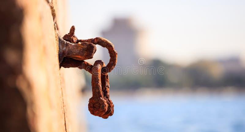 Ο σκουριασμένος στυλίσκος περιμένει στην αποβάθρα μια βάρκα που δένεται Το θολωμένο υπόβαθρο, κλείνει επάνω, λεπτομέρειες, έμβλημ στοκ φωτογραφίες με δικαίωμα ελεύθερης χρήσης