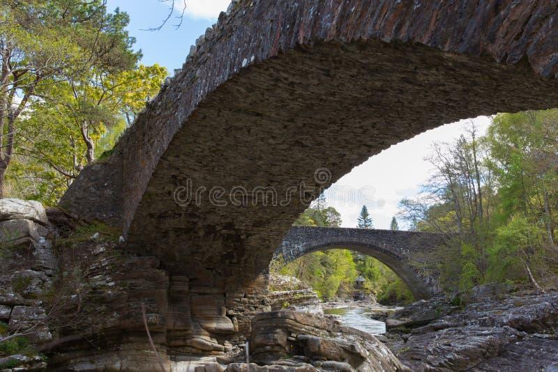 Ο σκωτσέζικος τόπος προορισμού τουριστών της Σκωτίας UK γεφυρών Invermoriston διασχίζει τις θεαματικές πτώσεις Moriston ποταμών στοκ εικόνες με δικαίωμα ελεύθερης χρήσης