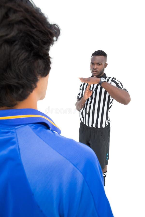 Ο σοβαρός διαιτητής που παρουσιάζει χρόνο υπογράφει έξω στο φορέα στοκ φωτογραφίες με δικαίωμα ελεύθερης χρήσης