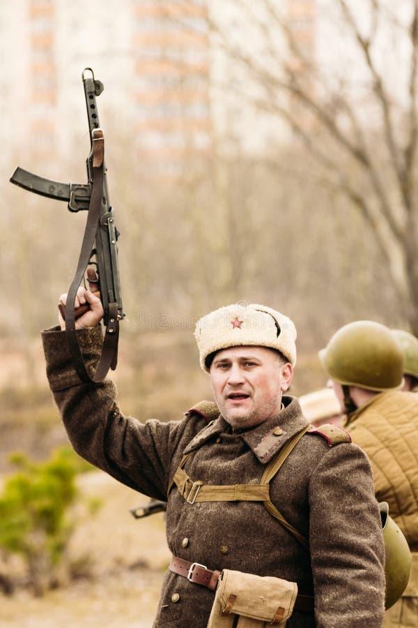 Ο σοβιετικός διοικητής με ένα πυροβόλο όπλο στο χέρι του Gomel, Λευκορωσία στοκ εικόνα με δικαίωμα ελεύθερης χρήσης