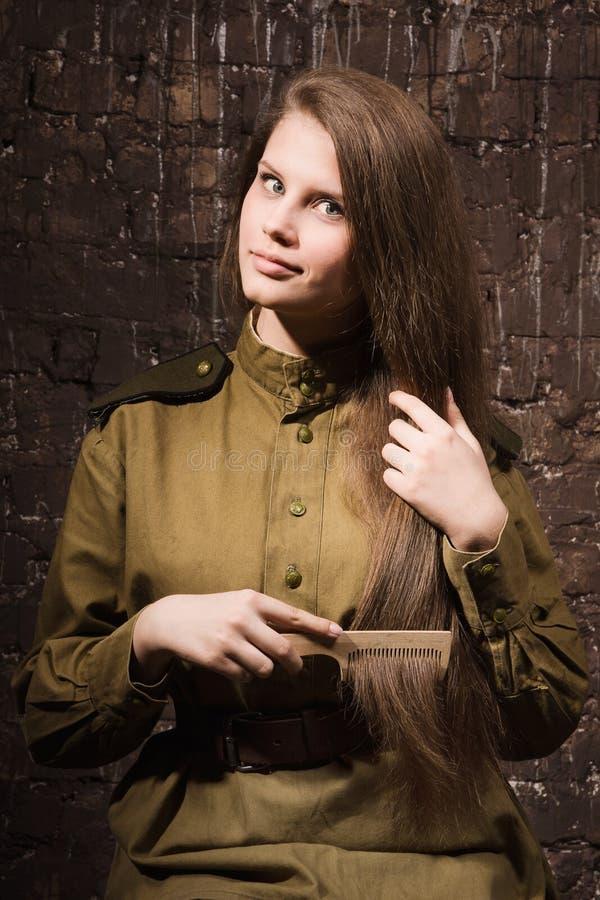 Ο σοβιετικός θηλυκός στρατιώτης κτενίζει την τρίχα της στοκ φωτογραφία με δικαίωμα ελεύθερης χρήσης