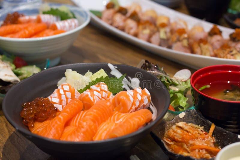 Ο σολομός και το ikura φορούν, ιαπωνικά τρόφιμα πολύ εύγευστα στοκ φωτογραφία
