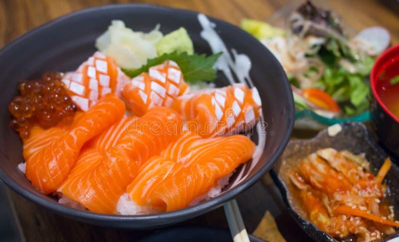 Ο σολομός και το ikura φορούν, ιαπωνικά τρόφιμα πολύ εύγευστα στοκ εικόνα