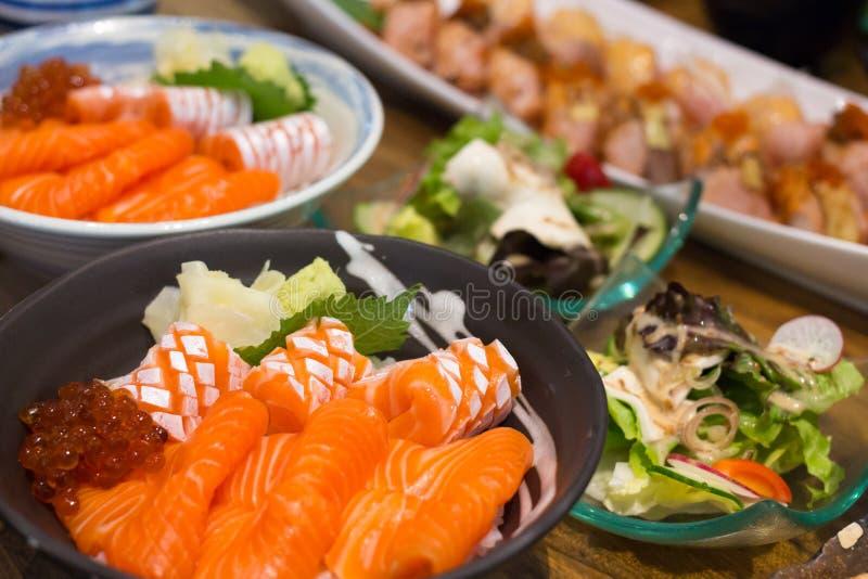 Ο σολομός και το ikura φορούν, ιαπωνικά τρόφιμα πολύ εύγευστα στοκ εικόνες
