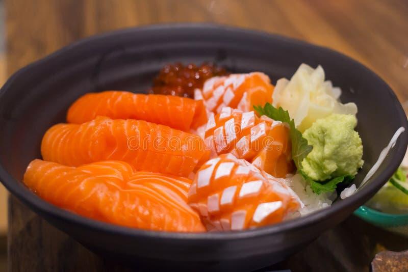 Ο σολομός φορά, ιαπωνικά τρόφιμα πολύ εύγευστα στοκ φωτογραφίες