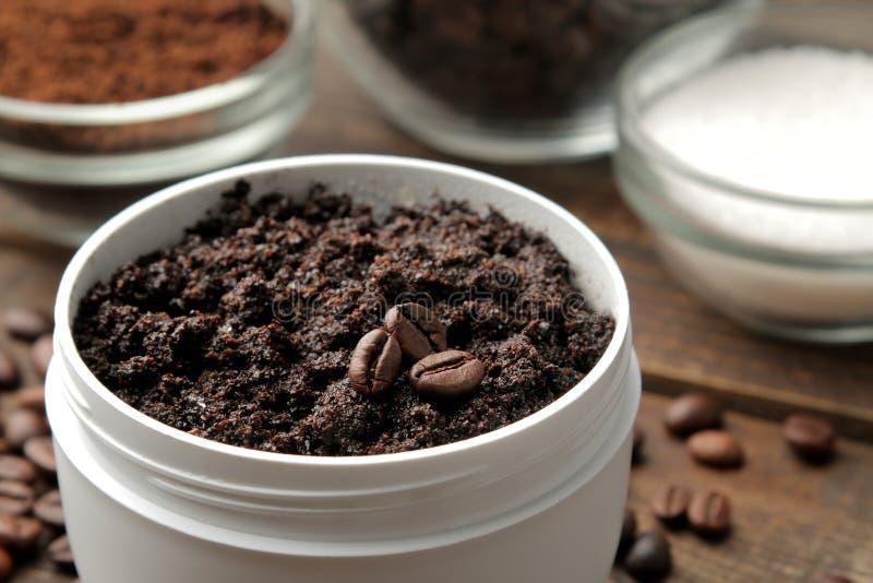 Ο σπιτικός καφές τρίβει σε ένα άσπρο βάζο για το πρόσωπο και το σώμα και τα διάφορα συστατικά για την παραγωγή να τρίψει SPA Καλλ στοκ εικόνες