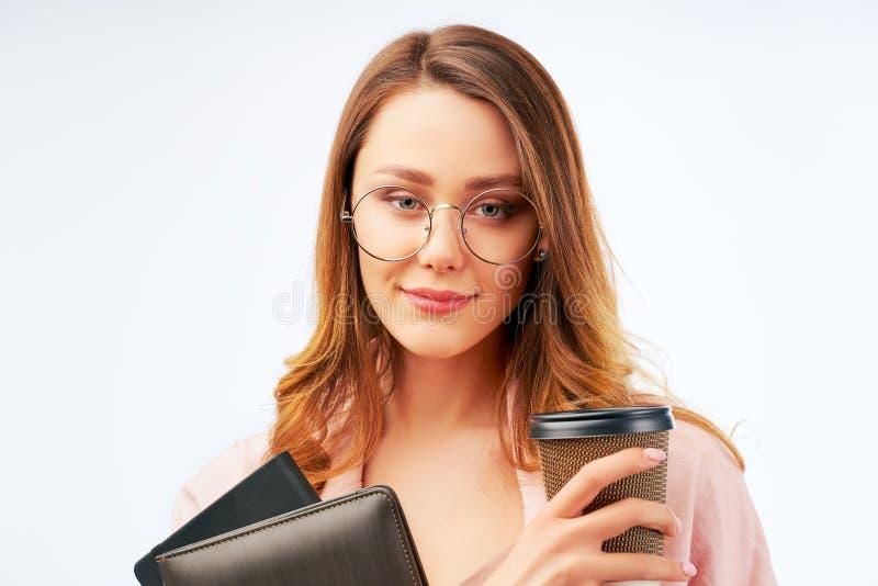 Ο σπουδαστής κρατά το take-$l*away cappuccino και το σημειωματάριο στοκ φωτογραφία με δικαίωμα ελεύθερης χρήσης