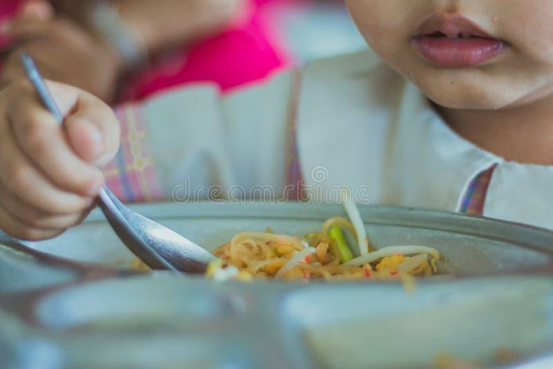 Ο σπουδαστής παιδικών σταθμών τρώει το μαξιλάρι Ταϊλανδός στοκ φωτογραφίες