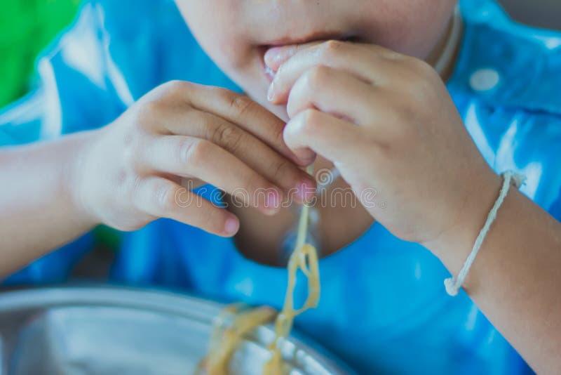 Ο σπουδαστής παιδικών σταθμών τρώει το μαξιλάρι Ταϊλανδός στοκ φωτογραφία με δικαίωμα ελεύθερης χρήσης