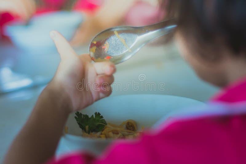 Ο σπουδαστής παιδικών σταθμών τρώει το μαξιλάρι Ταϊλανδός στοκ φωτογραφίες με δικαίωμα ελεύθερης χρήσης