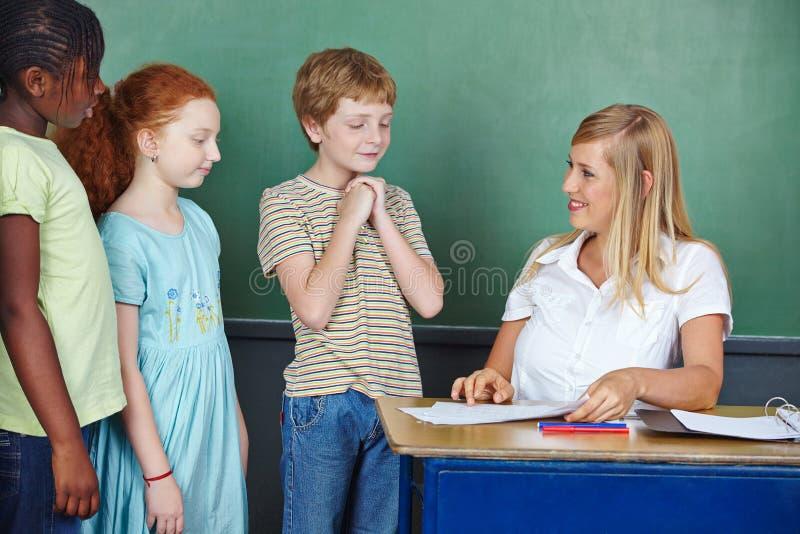 Ο σπουδαστής είναι ευχαριστημένος από τον καλό βαθμό στοκ εικόνες