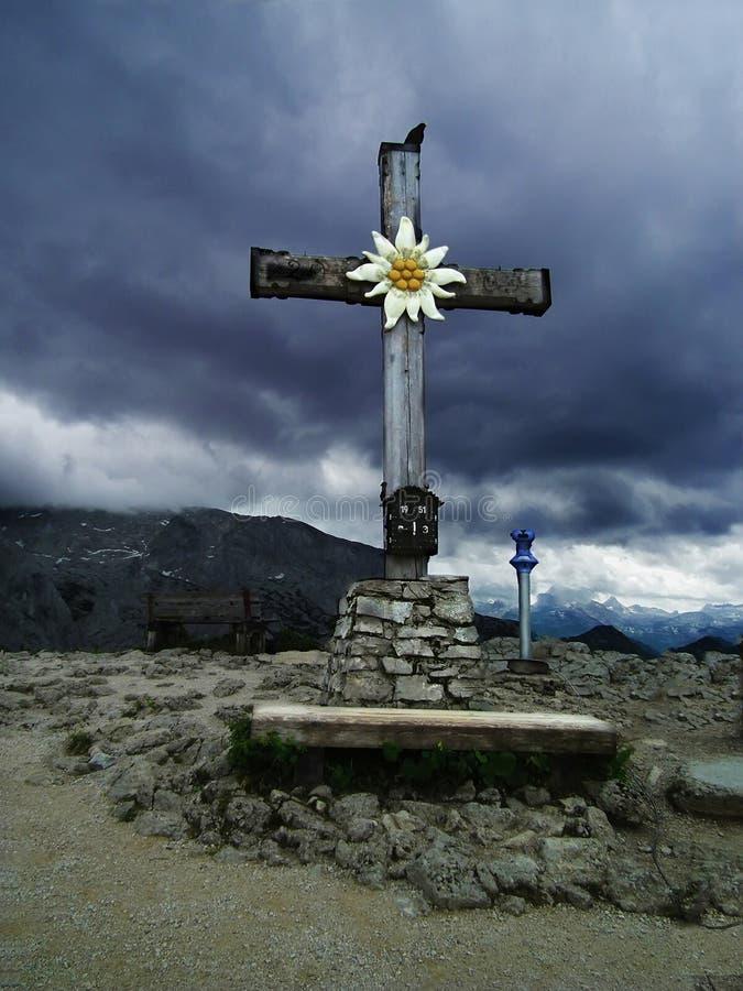 Ο σταυρός κοντά στο σπίτι τσαγιού του Χίτλερ στοκ φωτογραφίες με δικαίωμα ελεύθερης χρήσης
