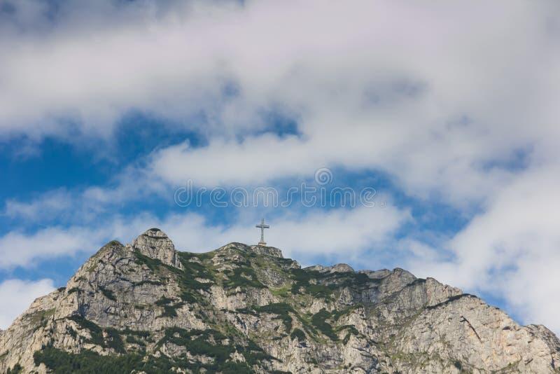 Ο σταυρός στην αιχμή Caraiman στα βουνά Bucegi στοκ φωτογραφίες