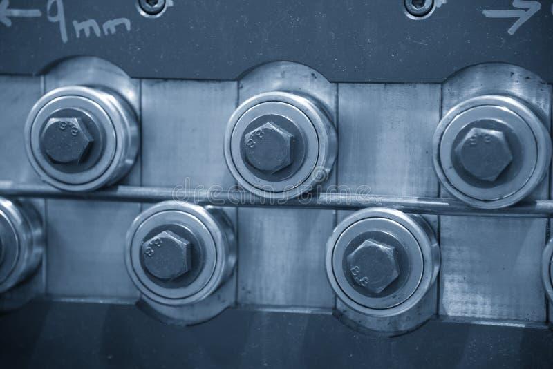 Ο στενός επάνω το ρουλεμάν κυλίνδρων στη ζώνη μεταφορέων στοκ εικόνες