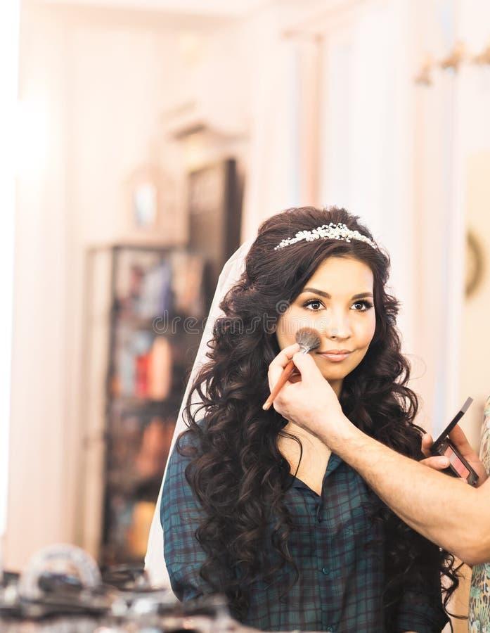 Ο στιλίστας κάνει makeup τη νύφη στη ημέρα γάμου στοκ φωτογραφίες με δικαίωμα ελεύθερης χρήσης