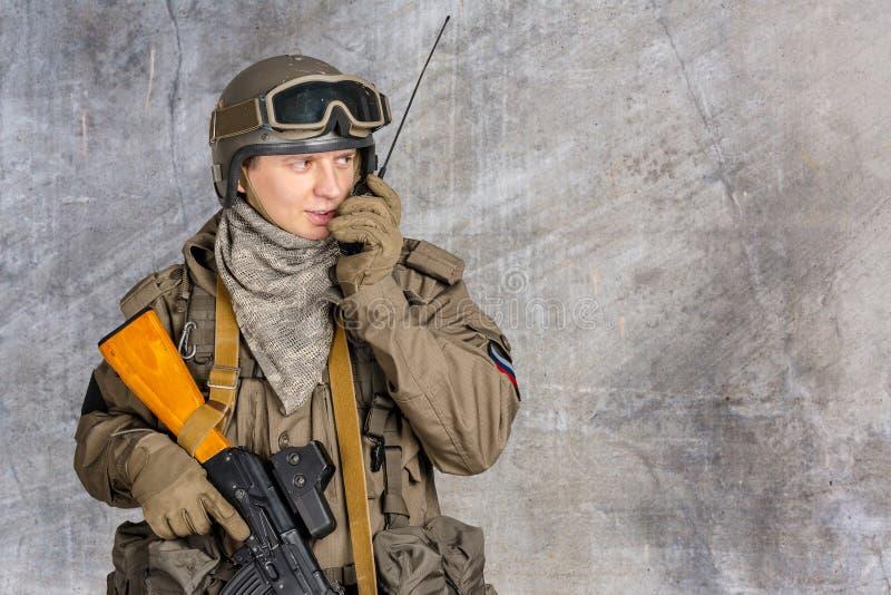 Ο στρατιώτης κρατά έναν ραδιοσταθμό στοκ φωτογραφία
