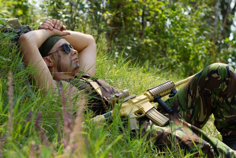 Ο στρατιώτης παίρνει ένα υπόλοιπο όταν τελειώνει η μάχη στοκ εικόνες