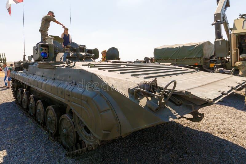 Ο στρατιώτης παρουσιάζει στους επισκέπτες κινητή αναγνώριση μετα prp-4A στοκ εικόνες