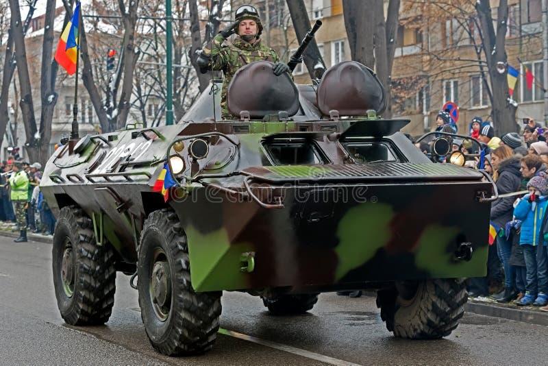Ο στρατιώτης σε ένα θωρακισμένο αυτοκίνητο δίνει χαιρετίζει επίσημα στοκ εικόνα με δικαίωμα ελεύθερης χρήσης