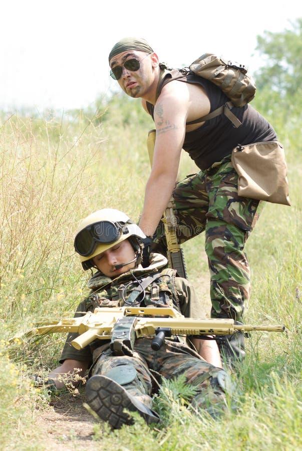 Ο στρατιώτης σώζει τον πληγωμένο συνεργάτη του στοκ φωτογραφίες